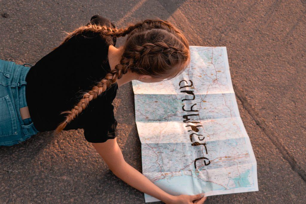 地図を見る少女