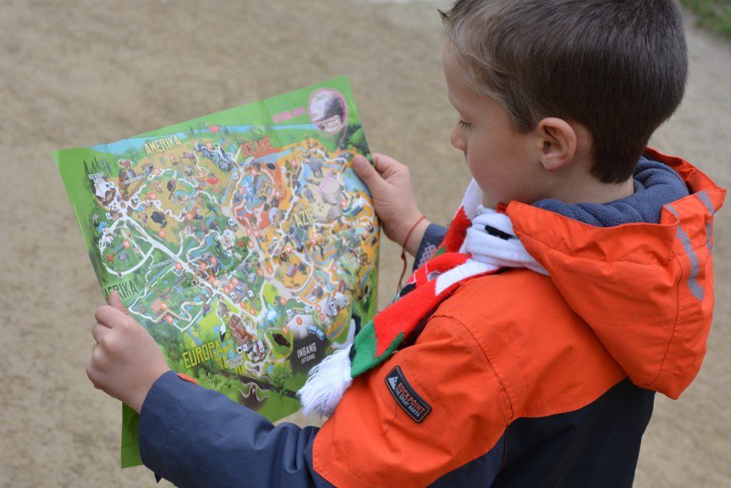地図を見る少年